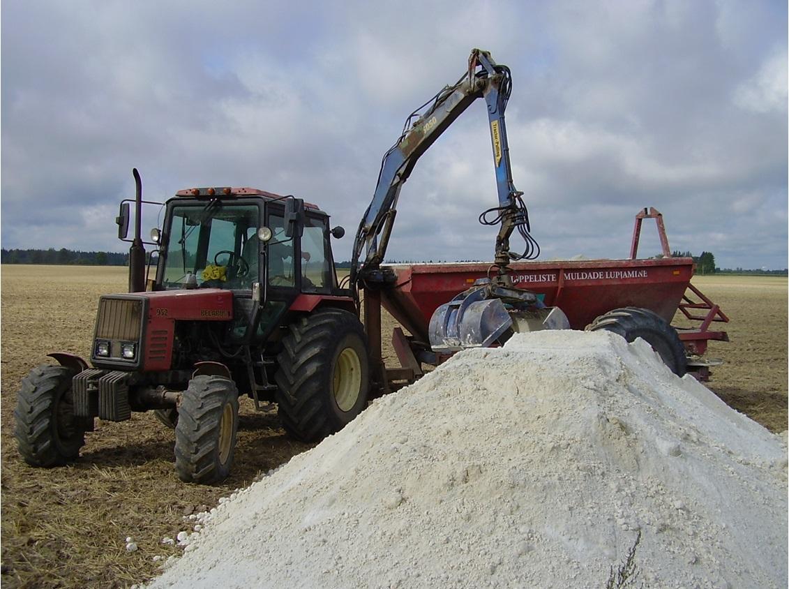 Lupjamine olemasolevapõllutehnika abil - haaratsi ja külvikuga varustatud traktor lupja tõstmas.